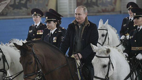 Tổng thống Nga Vladimir Putin thử công việc của các nữ cảnh sát.