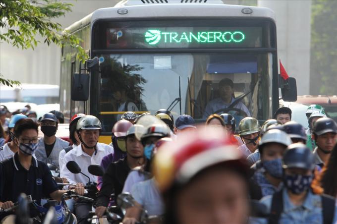 Mật độ phương tiện lưu thông trên hai tuyến đường dự kiến cấm xe máy đều rất cao bất kể trong giờ cao điểm hay thấp điểm.