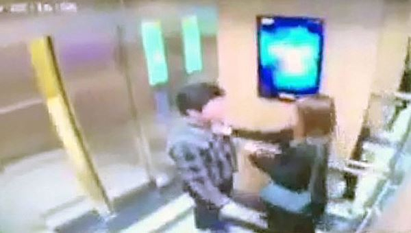 Người đàn ông có hành động sàm sỡ, cưỡng hôn bất chấp sự phản ứng của nữ sinh viên ngay trong thang máy bị camera an ninh ghi lại.