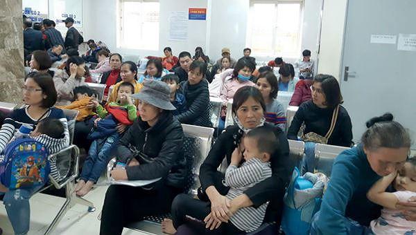 Nhiều phụ huynh ở Bắc Ninh lo lắng đưa con ra Hà Nội xét nghiệm sán lợn