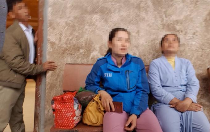 Hai mẹ con người Bắc Ninh vừa ra khỏi phòng thỉnh vong.