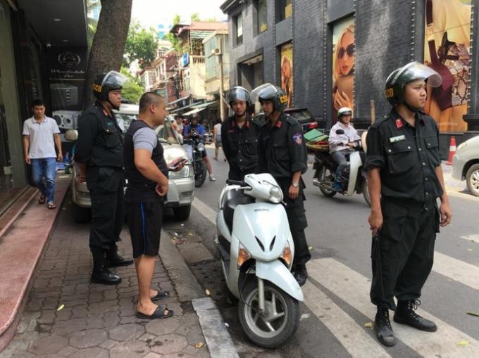 Xử lý gần 27.000 trường hợp vi phạm về đội mũ bảo hiểm trên địa bàn Hà Nội. Ảnh: TL