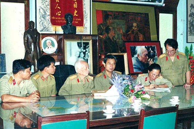 Đoàn cán bộ sưu tầm của Viện Bảo tàng Quân đội sưu tầm hiện vật của Đại tướng Võ Nguyên Giáp, tháng 7/2001.