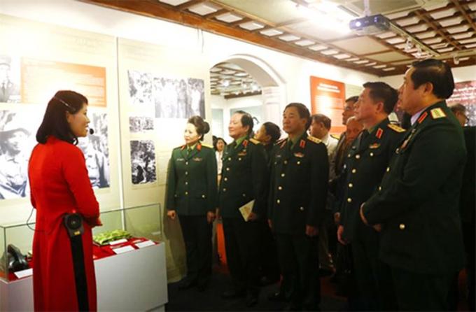 """Các đại biểu tham quan triển lãm """"Tướng lĩnh Quân đội nhân dân Việt Nam qua những trận đánh, chiến dịch tiêu biểu trong hai cuộc kháng chiến""""."""