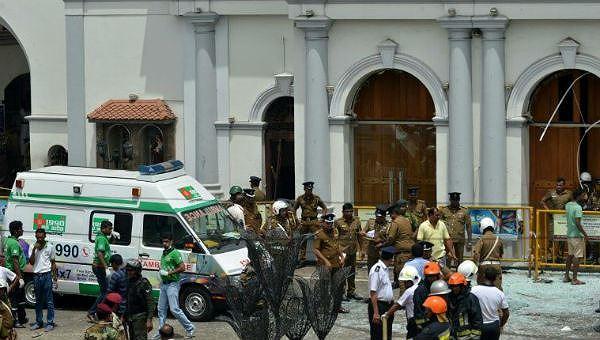 Cảnh sát tại nhà thờ St Anthony - nơi xảy ra vụ tấn công đầu tiên.