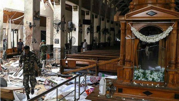Cảnh hoang tàn sau một vụ nổ.