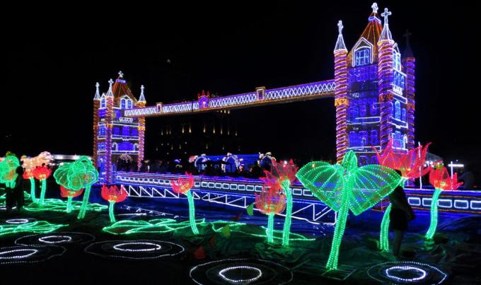 Mô hình cầu tháp London tại thủ đô London, Vương quốc Anh được đặt ngay gần cổng chính, phía trước có 1 cái hồ tái hiện con sông Thames
