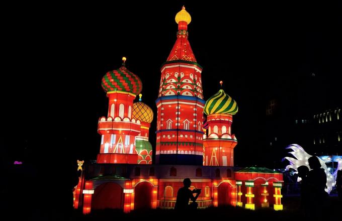 Mô hình nhà thờ chính tòa Thánh Basil (St. Basil's Cathedral) nổi bật giữa công viên với các màu sắc sặc sỡ. Đây cũng là một trong những công trình kiến trúc nổi tiếng nhất của thủ đô Moscow, Nga.