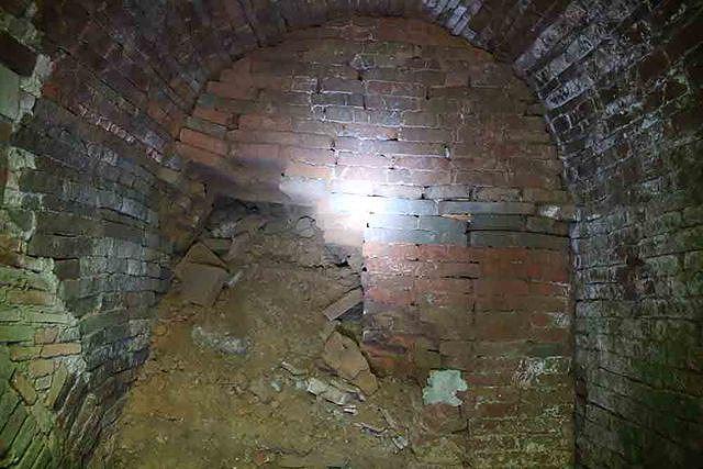 3 cửa hầm xây hình vòm bằng gạch, gạch được in các hoa văn rất đẹp. Cửa hầm đầu tiên sâu khoảng 3m, cửa hầm thứ hai dài khoảng 5m, cả hai đều bị bị kín.