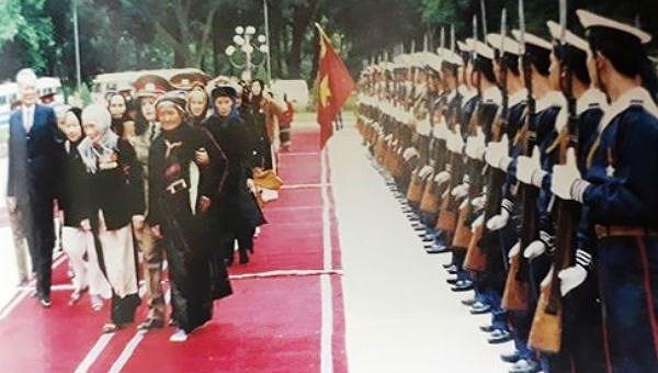 Chủ tịch nước, Đại tướng Lê Đức Anh cùng các đại biểu Bà mẹ Việt Nam Anh hùng được phong tặng đợt đầu duyệt Đội Danh dự QĐND Việt Nam tại Phủ Chủ tịch ngày 19/12/1994.