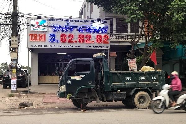 Ngày khai trương văn phòng công ty Đất Cảng tại huyện Thủy Nguyên xuất hiện xe chở chất thải bốc mùi hôi thối đỗ chình ình trước cửa.