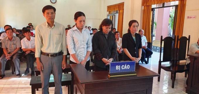 Từ trái qua phải: các bị cáo Trần Bé Hậu, Nguyễn Thị Lệ Hằng, Nguyễn Thị Mai Thanh, Trần Thanh Hòa.