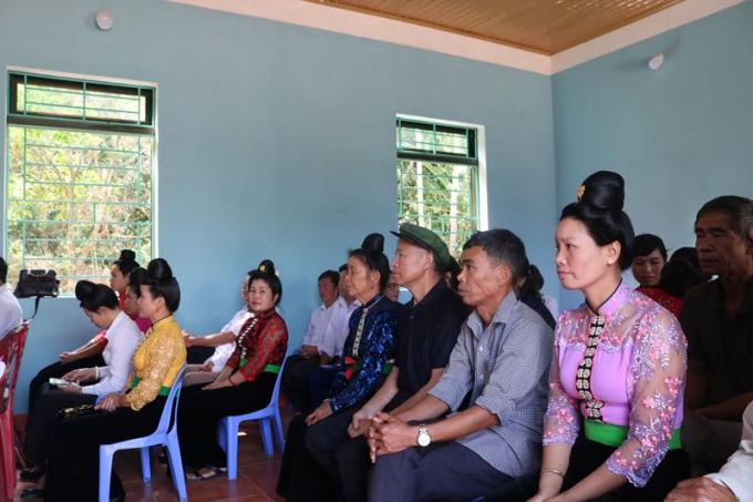 Đông đảo cán bộ và nhân dân xã Nà Nhạn phấn khởi đến dự lễ khánh thành nhà văn hóa do Báo Pháp luật Việt Nam tài trợ xây dựng