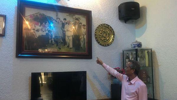 Ông Nguyễn Văn Hải và bức ảnh bố ông chụp cùng Bác Hồ và nhà lãnh Triều Tiên Kim Nhật Thành.