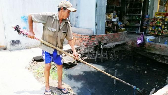 Nhiều năm qua, cựu chiến binh Nguyễn Ngọc Đức cần mẫn vớt rác mỗi ngày để làm sạch dòng kênh Chiến Lược.