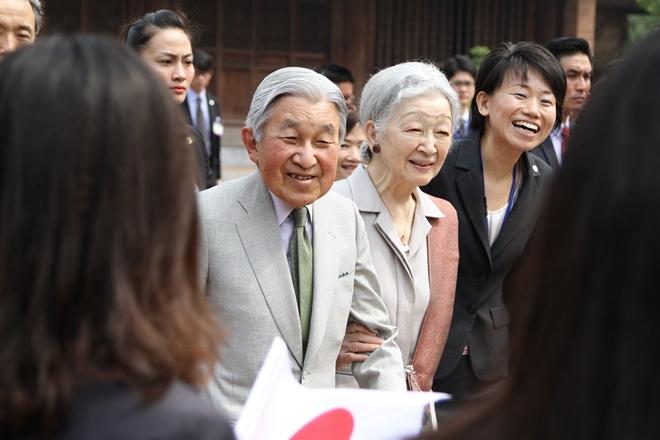 Nhà vua và Hoàng hậu Nhật Bản luôn nắm tay nhau trong các sự kiện trước công chúng và vui vẻ trò chuyện với người trẻ Việt Nam.