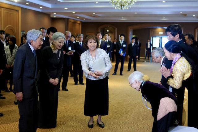 Cuộc gặp mặt giữa Nhà vua và Hoàng hậu Nhật Bản với gia đình các cựu binh Nhật đang sinh sống tại Việt Nam diễn ra vào trưa 2-3-2017 thực sự xúc động. Những chuyện tình của của những người cựu binh Nhật và người Việt đã được kể ra với nhiều cảm xúc trái ngược. Những người con của các cựu binh Nhật khẳng định, họ luôn yêu quê hương, nơi được sinh ra và lớn lên nhưng cũng không bao giờ quên cội nguồn của mình. Ảnh: Reuters