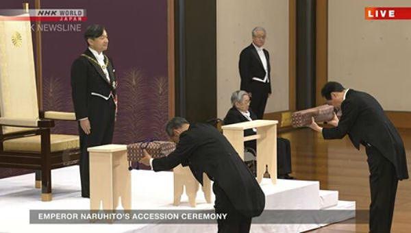 Tân Nhật hoàng Naruhito được trao báu vật thiêng tại lễ đăng cơ.