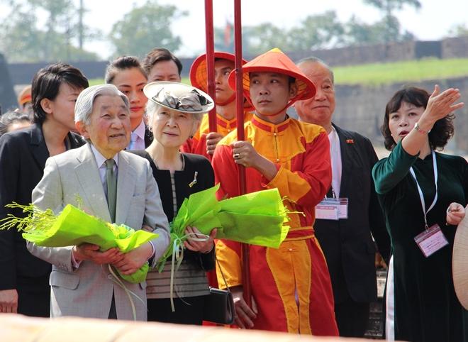 Chiều 3-3-2017, Nhà vua Nhật Bản Akihito và Hoàng hậu Michiko đã đến thăm Cố đô Huế trong sự đón tiếp nồng hậu của người dân địa phương.