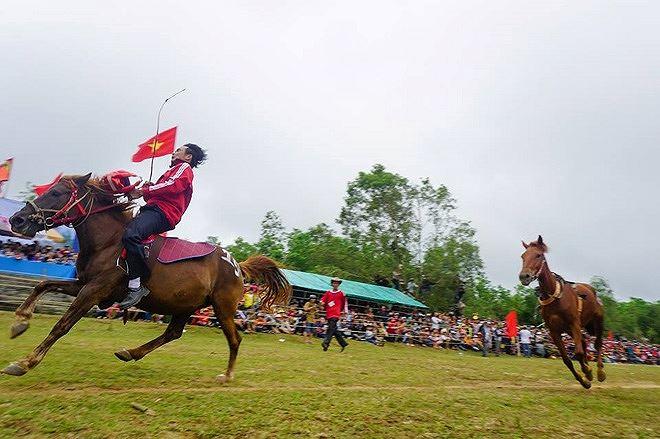Kỵ sĩ đã ngã, chỉ còn kỵ mã bức tốc trên đường đua
