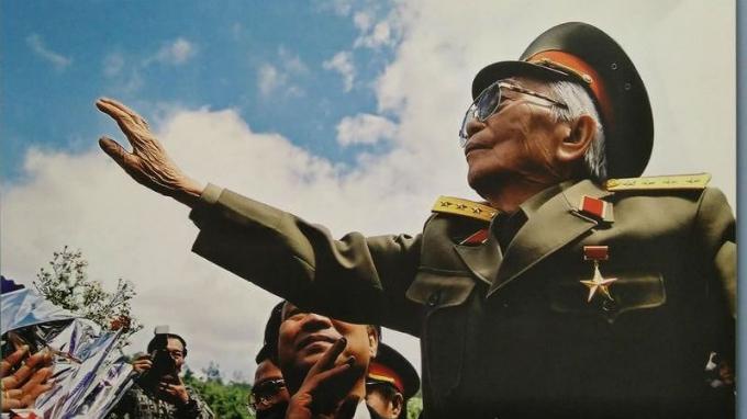 Đại tướng Võ Nguyên Giáp về thăm Chiến trường xưa - 50 năm Chiến thắng Điện Biên Phủ (tháng 4/2004)