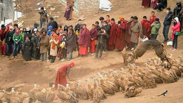 Chứng kiến nghi lễ này chỉ có người nhà nhưng hiện nay khách du lịch cũng có thể xem