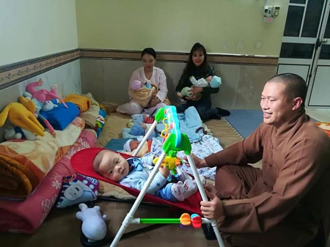 Đại đức Thích Nguyên Bình chăm sóc trẻ mồ côi, bị bỏ rơi