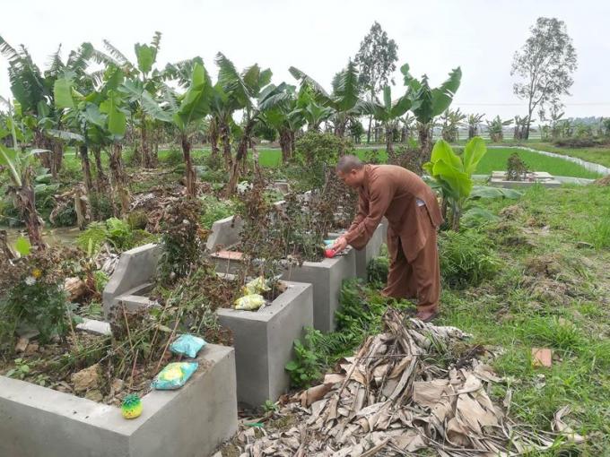 Đại đức Thích Nguyên Bình đang thắp hương tại Nghĩa trang thai nhi