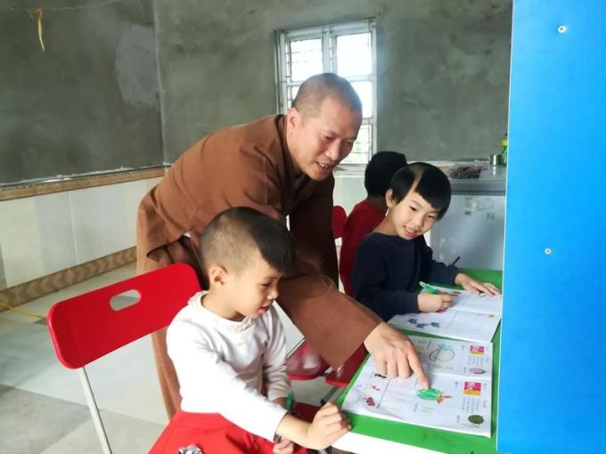 Đại đức Thích Nguyên Bình dạy học trẻ nhỏ