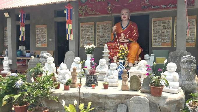 Tượng trẻ em tươi vui quanh chân tượng Phật