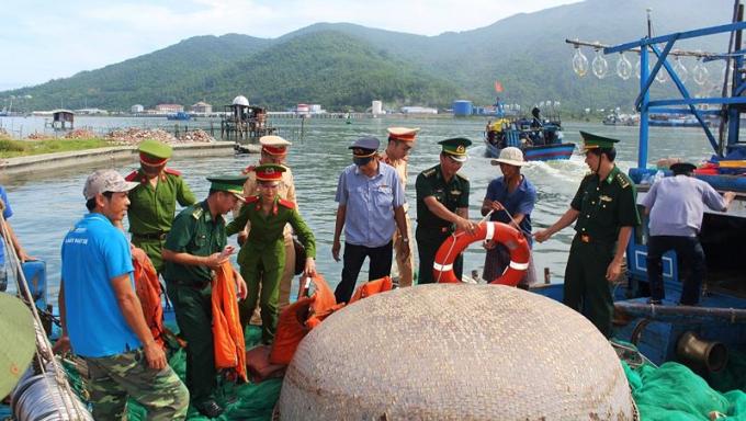 Lực lượng chức năng Đà Nẵng tuyên truyền cho ngư dân khai thác, bảo vệ nguồn hải sản. Ảnh: Bá Vĩnh