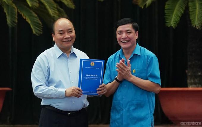 Thủ tướng nhận bản kiến nghị của công nhân tại cuộc đối thoại. Ảnh VGP/Quang Hiếu