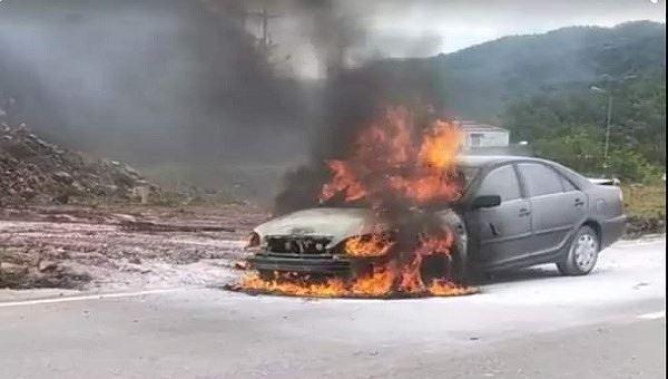 Xe ô tô bốc cháy giữa đường