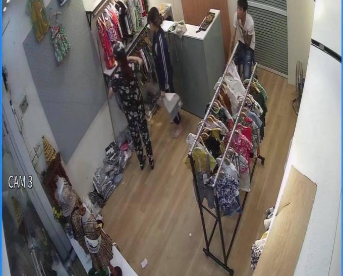 Người phụ nữ giả mua đồ để đánh lạc sự chú ý của nhân viên