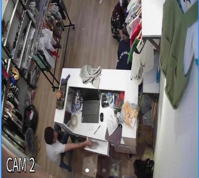 Hình ảnh gã đàn ông thò tay vào ngăn kéo trộm tiền của cửa hàng
