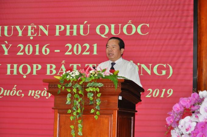 Ông Mai Văn Huỳnh - Bí thư Huyện ủy, Chủ tịch UBND huyện Phú Quốc, thông qua tờ trình giới thiệu ứng cử chức danh Phó Chủ UBND huyện khóa X, nhiệm kỳ 2016-2021