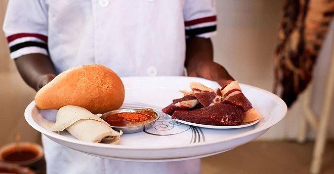 """Món """"tere siga"""", thịt bò sống cắt khúc"""