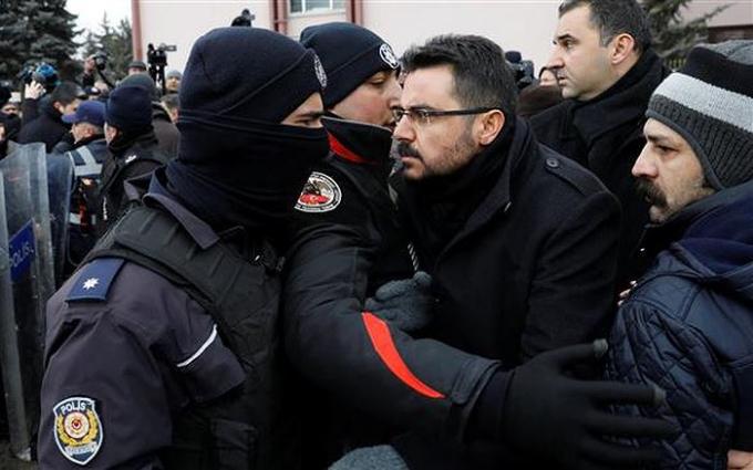 Cảnh sát Thổ Nhĩ Kỳ bắt giữ một người biểu tình. Ảnh: AP/VOV