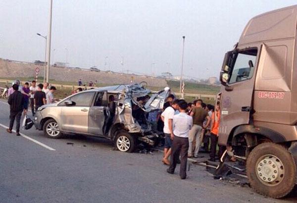 Hiện trường vụ tai nạn xe container tông vào xe Innova trên cao tốc Hà Nội - Thái Nguyên khiến 6 người thương vong