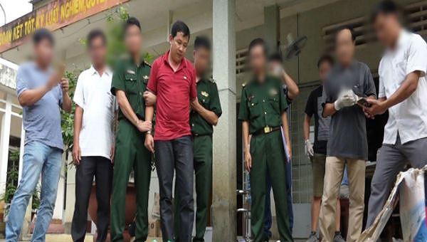 Đối tượng Trương Quốc Cường (áo đỏ) lúc mới bị bắt