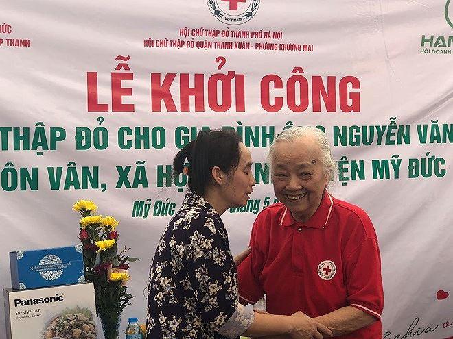Nữ bác sỹ già tham gia một hoạt động từ thiện mới đây.