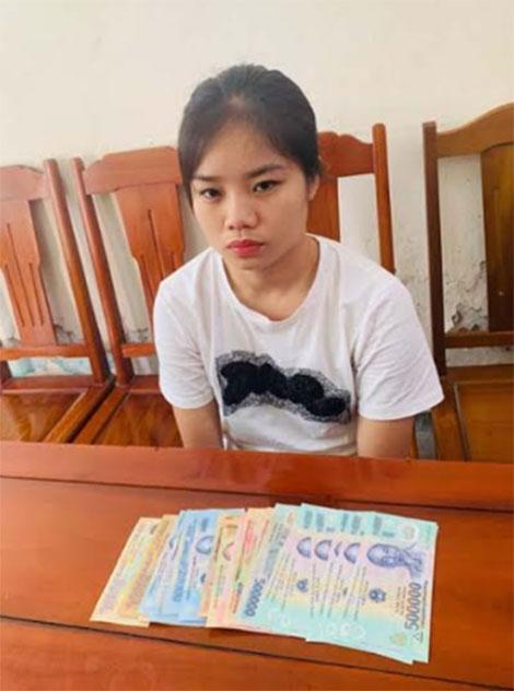 Nguyễn Thị Hằng và tang vật bị thu giữ.