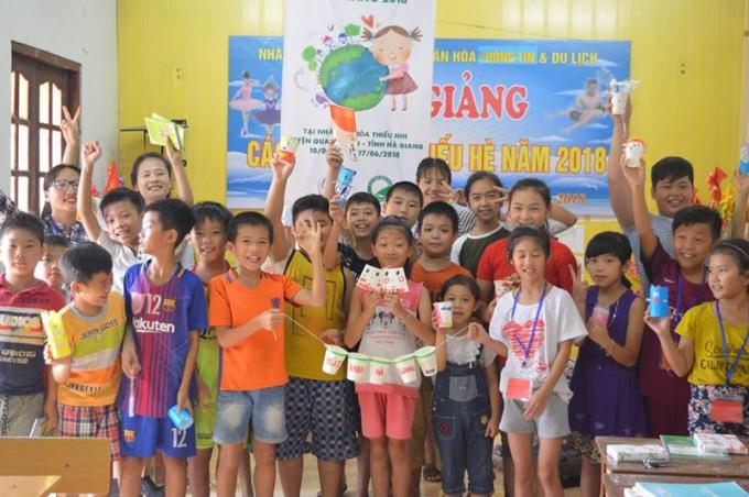 Các em nhỏ tại Hà Giang hào hứng tham gia lớp học phóng viên nhí