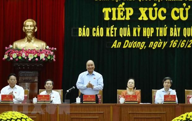 Thủ tướng Nguyễn Xuân Phúc và các đại biểu tại buổi tiếp xúc cử tri. (Ảnh: Thống Nhất/TTXVN)