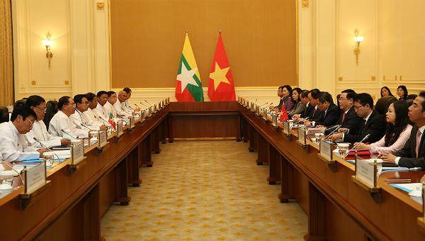 Phó Thủ tướng Vương Đình Huệ hội đàm với Phó Tổng thống Myanmar Myint Swe - Ảnh: VGP