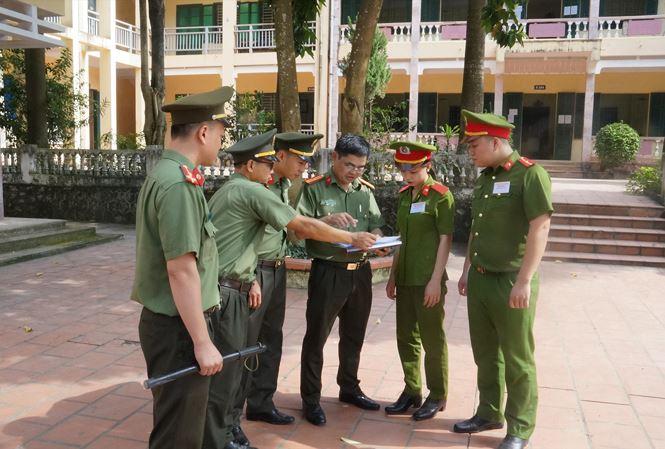 Công an làm nhiệm vụ tại một điểm thi ở Hòa Bình
