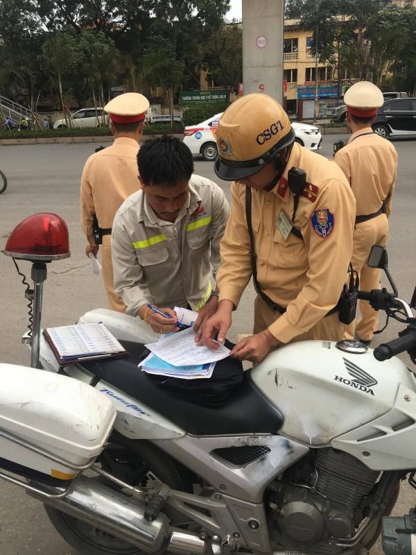 Lực lượng chức năng kiểm tra người và phương tiện trên trục đường Nguyễn Trãi. Ảnh: Đ.L