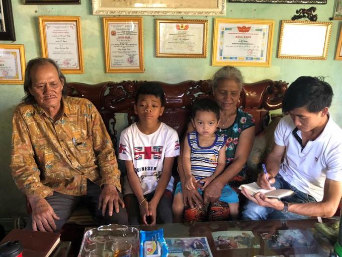 Cha mẹ của YBen cùng hai đứa bé trẻ mà YBen nhận về nuôi