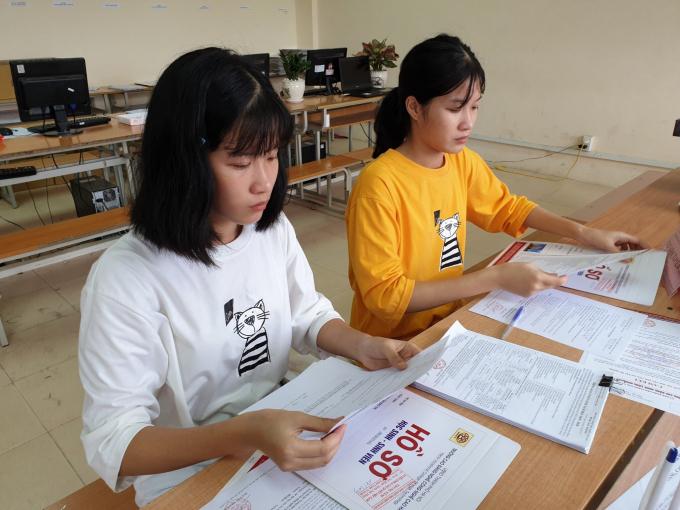 Chị em Kiều Trinh - Thúy Trinh đăng ký nhập học Trường HHT.