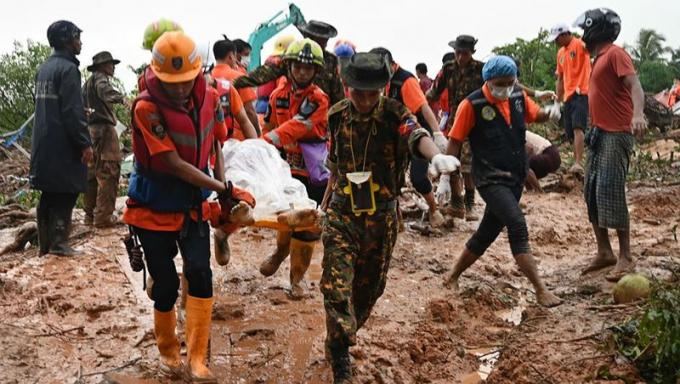 Chuyển thi thể nạn nhân tại hiện trường vụ lở đất ở thị trấn Paung, bang Mon, Myanmar ngày 10/8/2019. (Ảnh: AFP/TTXVN)